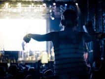 Vagga konserten på en festival för öppen luft royaltyfri foto