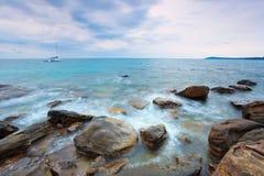 Vagga kusten över havet för regnstormen Royaltyfri Foto