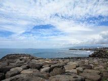 Vagga kusten av Kakaako med havet och den synliga westsiden av Oahu Royaltyfri Fotografi