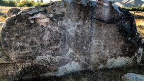 Vagga målningaka petroglypgs på fältet i Cholpon-Ata, Issyk-kul, Kirgizistan fotografering för bildbyråer