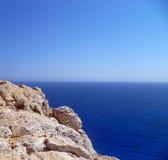 Vagga mot den blåa medelhavet som passerar över horisonten Arkivfoton