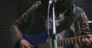 Vagga musikern som spelar med hans musikmusikband stock video