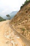 Vagga nedgången in i nedanför av bergssidan Arkivbild