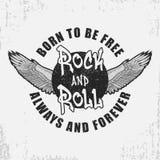 Vagga - och - den rullt-skjortan designen med vingar och grunge Vagga-n-rulle typografidiagram för utslagsplatsskjorta med slogan royaltyfri illustrationer