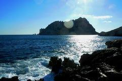 Vagga och havet bredvid medelhavs- arkivfoton