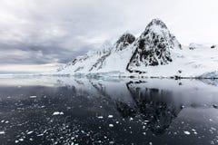 Vagga, is och insnöade Antarktis Royaltyfria Bilder