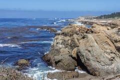 Vagga och ovanliga geologiska bildande på lågvatten royaltyfri bild