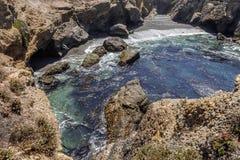 Vagga och ovanliga geologiska bildande på lågvatten arkivfoton