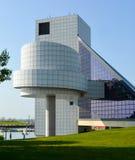 Vagga - och - rullar Hall av berömmelse i stadens centrum Cleveland Ohio Royaltyfria Bilder