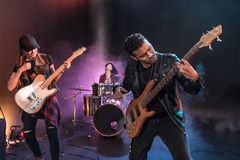 Vagga - och - rullar musikbandet med elektriska gitarrer som att spela som är hårt, vaggar musik Royaltyfri Bild