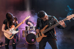 Vagga - och - rullar musikbandet med elektriska gitarrer som att spela som är hårt, vaggar musik Royaltyfria Foton
