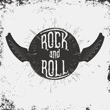 Vagga - och - rullmusiktrycket Grungetrycket för T-tröja med bokstäver och vingar i gitarr bildar vektor illustrationer