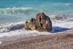 vagga på den Rhodes stranden Arkivfoto