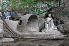 Vagga på figureraskulpturen, kinesiskt traditionellt landskap bågen Royaltyfria Foton
