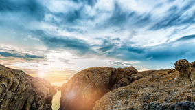 Vagga på stranden av ön med solnedgång royaltyfri foto