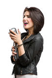 Vagga sångaren som håller mikrofonen royaltyfria bilder