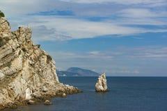 Vagga seglar runt om uddelimen-Burunberget i bakgrunden Iudah Lugna dag för sommar på Blacket Sea arkivbilder