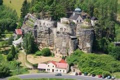 Vagga slotten och eremitboningen Sloup, nordliga Bohemia, Tjeckien Royaltyfri Foto