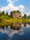 Vagga slotten Sloup V Cechach reflekterad i vattnet Royaltyfria Bilder