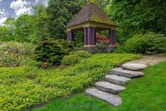 Vagga stenmoment som leder för att arbeta i trädgården gazeboen Arkivbild