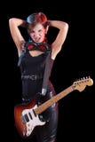 Vagga stjärnan som rymmer hennes elektriska gitarr sexig flicka Arkivfoto