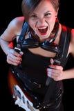 Vagga stjärnan som rymmer hennes elektriska gitarr sexig flicka Fotografering för Bildbyråer