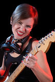 Vagga stjärnan som rymmer hennes elektriska gitarr sexig flicka Arkivbild