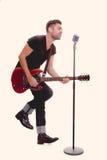 Vagga stjärnan som sjunger med gitarren Arkivfoto