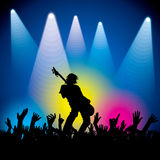 Vagga stjärnan som utför med gitarren på abstrakt bakgrund Arkivbild