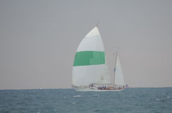 Vagga stranden med fartyget och havet Arkivbild