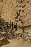 Vagga upp klättrarearbeten hans väg Royaltyfri Foto