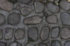 Vagga väggen av naturliga flodstenar Rund bakgrund för stenvägg Modell för flodrundastenar Små röda stenar Floden vaggar Fotografering för Bildbyråer