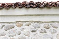 Vagga väggen av naturliga flodstenar Rund bakgrund för stenvägg Modell för flodrundastenar Små röda stenar Floden vaggar Royaltyfri Bild