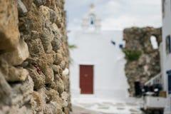Vagga väggen på Mykonos Arkivfoto