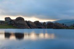 Vaggar att reflektera i vattnet Royaltyfri Bild
