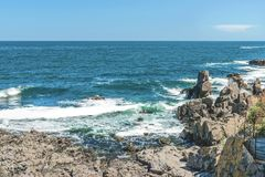 Vaggar bildande i de blåa havsblickarna som en framsida i Sozopol, Bulgarien Royaltyfri Foto