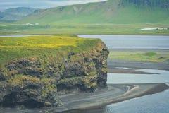 Vaggar bildande på Dyrholaey udde med den svarta sandstranden Arkivbilder