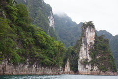Vaggar Cheow Lan Lake fotografering för bildbyråer