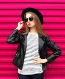 Vaggar den nätta kvinnan för modeståenden i svart stil över rosa färger arkivfoto