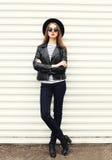 Vaggar den unga kvinnan för mode i svart stil över vit arkivfoton