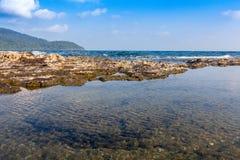 Vaggar det härliga tropiska havet för stranden och blå himmel av det tropiska havet Royaltyfria Foton