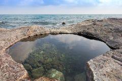 Vaggar det härliga tropiska havet för stranden och blå himmel av det tropiska havet Royaltyfri Foto