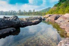 Vaggar det härliga tropiska havet för stranden och blå himmel av det tropiska havet Royaltyfri Bild