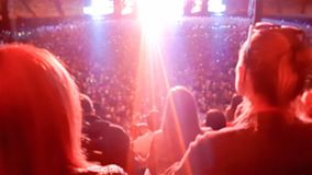 Vaggar h?llande ?gonen p? och lyssnande musik f?r stor folkmassa p? festival p? stadiontribun Perfekt bakgrund f?r att illustrera royaltyfri fotografi