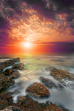 Vaggar havet, blodig solnedgång Royaltyfri Fotografi