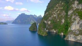 Vaggar i Cheow Lan Lake arkivfilmer