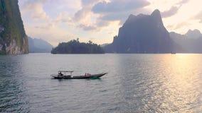 Vaggar i Cheow Lan Lake stock video
