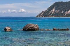 Vaggar i det blåa vattnet av det Ionian havet, nära den Agios Nikitas byn Arkivbilder