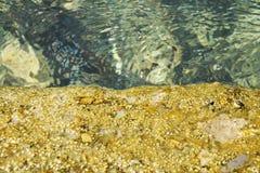 Vaggar i trasparent vatten, gulingstenar, vatten, abstrakt bakgrund Arkivbilder