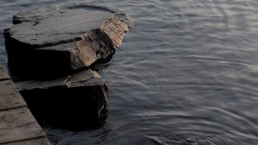 Vaggar i vattnet vid skeppsdockan lager videofilmer